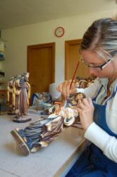 Südtiroler Fassmalerin bei der Arbeit