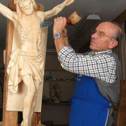 Südtiroler Holzschnitzer bei der Arbeit
